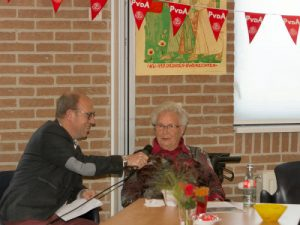 Mevrouw Langendoen Riedijk wordt in de bloemetjes gezet...