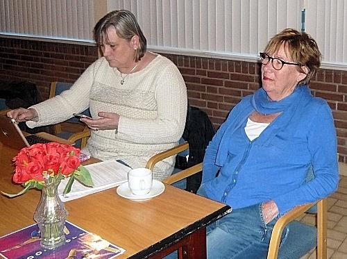 Agnes en Gerie luisteren aandachtig toe...